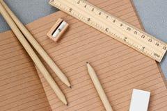 Close-up do caderno de papel feito do papel do ofício, artigos dos artigos de papelaria para a escola, escritório para negócios fotos de stock royalty free