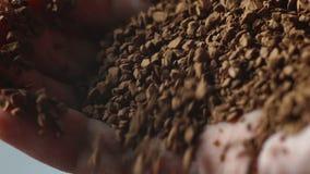 Close-up do café à terra na mão do ` s dos homens video estoque
