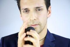 Close up do cantor que olha na câmera Imagem de Stock Royalty Free