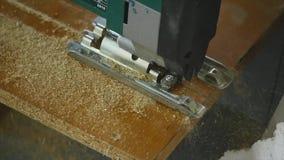 Close-up do carpinteiro que corta uma prancha de madeira Um homem corta uma parte de madeira com uma serra circular à mão video estoque