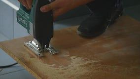 Close-up do carpinteiro que corta uma prancha de madeira Um homem corta uma parte de madeira com uma serra circular à mão vídeos de arquivo