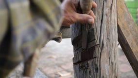 Close up do carpinteiro que usa o equipamento para reparar a mobília video estoque