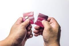 Close up do cartão de crédito vermelho quebrado no fundo branco fotos de stock