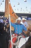 Close-up do cavaleiro no horseback com bandeira imagem de stock