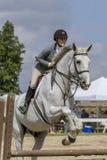 Close-up do cavalo de salto do caçador da mulher foto de stock royalty free