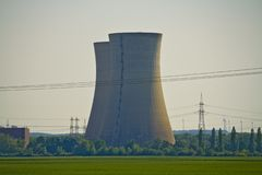 Close-up do central nuclear em desuso Grafenrheinfeld em Baviera, Alemanha fotografia de stock