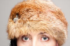 Close up do chapéu forrado a pele e dos olhos Fotos de Stock