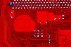 Close up do circuito eletrônico vermelho do cartão-matriz com processador Imagens de Stock