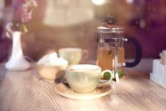 Close up do copo do chá e do bule Fotografia de Stock