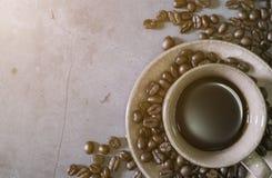 Close-up do copo de café preto com feijões de café, vista superior imagem de stock royalty free