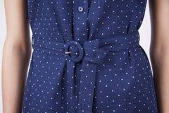 1 close up do corpo do ` s da mulher na roupa moderna para o crachá, espaço da cópia Foto de Stock Royalty Free