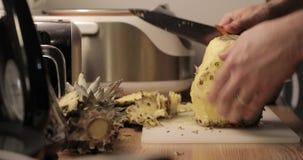Close-up do corte do abacaxi vídeos de arquivo