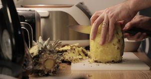 Close-up do corte do abacaxi filme