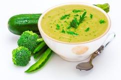 Close-up do creme delicioso de ervilhas, de brócolis e do abobrinha verdes dos vegetais em uma bacia foreground imagens de stock royalty free