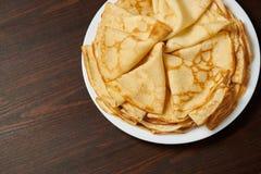 Close up do crepe, montão de panquecas finas em um prato, fundo de madeira imagens de stock