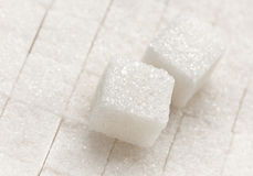 Close up do cubo do açúcar refinado imagens de stock