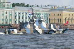 close-up do ` de Nakhimovets do ` do barco da Anti-sabotagem Parada da água em honra do dia da marinha Foto de Stock Royalty Free