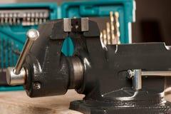 Close up do dispositivo de aperto vice da ferramenta no fundo de madeira Imagens de Stock Royalty Free