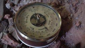 Close-up do dispositivo de medição velho do barômetro Produção alemão vídeos de arquivo