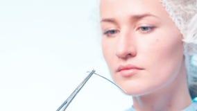 Close-up do doutor que verifica a agulha no laboratório filme