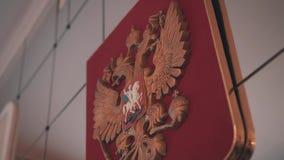 Close-up do emblema da Federação Russa em uma instituição pública A câmera mostra a brasão na perspectiva vídeos de arquivo