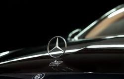 Close-up do emblema de Mercedes Benz no fundo preto fotografia de stock