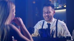Close up do empregado de bar que comunica-se com o visitante da mulher vídeos de arquivo