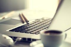 Close up do espaço de trabalho com o portátil criativo moderno, xícara de café Fotos de Stock