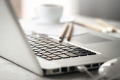 Close up do espaço de trabalho com o portátil criativo moderno, xícara de café Imagem de Stock Royalty Free