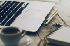Close up do espaço de trabalho com o portátil criativo moderno, xícara de café Foto de Stock Royalty Free