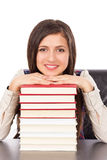 Close up do estudante que guarda sua cabeça em uma pilha de livros foto de stock