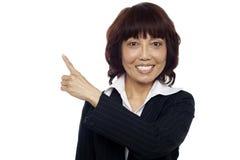 Close up do executivo fêmea que aponta afastado Imagens de Stock