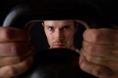 Close up do exercício do kettlebell Imagens de Stock