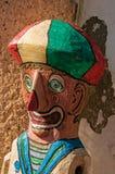 Close-up do fantoche de madeira colorido que lembra um palhaço em Paraty foto de stock