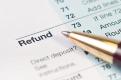 Close up do formulário do reembolso de imposto fotografia de stock