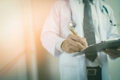Close-up do formulário masculino do doutor Filling The Medical Fotografia de Stock