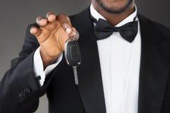 Close-up do garçom Holding Car Key fotos de stock