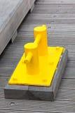 Close up do grampo amarelo brilhante do barco em um cais da doca Foto de Stock Royalty Free
