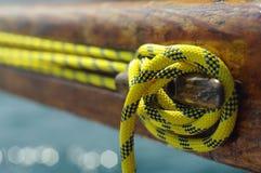 Close up do grampo velho do ato de agarrar do vintage com linha amarela Imagens de Stock