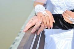 Close-up do groom& x27; mão de s que guarda o bride& x27; s imagem de stock royalty free
