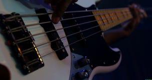 Close-up do guitarrista que joga a guitarra na fase 4k vídeos de arquivo