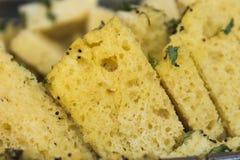Close up do Gujarati Khaman Dhokla ou do petisco cozinhado da farinha do grama - culinária indiana Fotografia de Stock