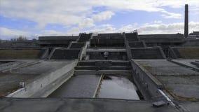 Close-up do heliporto perto do grande complexo arquitet?nico cinzento e das duas escadarias contra o c?u nebuloso azul na mola ad foto de stock