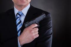 Close-up do homem com revólver Fotografia de Stock