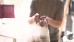 Close-up do homem de entrega masculino do alimento no trabalho filme