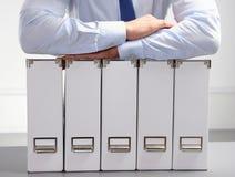 Close-up do homem de negócios com dobradores do escritório Fotos de Stock Royalty Free
