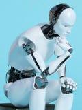 Close up do homem do robô na pose de pensamento Fotografia de Stock Royalty Free
