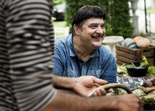 Close up do homem latino-americano com o vegetal orgânico fresco da exploração agrícola imagem de stock royalty free