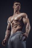 Close-up do homem muscular atlético foto de stock