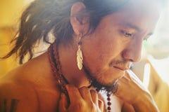 Close up do homem do nativo americano imagem de stock